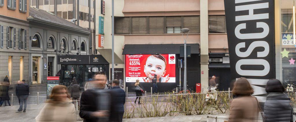 Il led screen donato da Urban Vision per promuovere la campagna lanciata da For a Smile Onlus